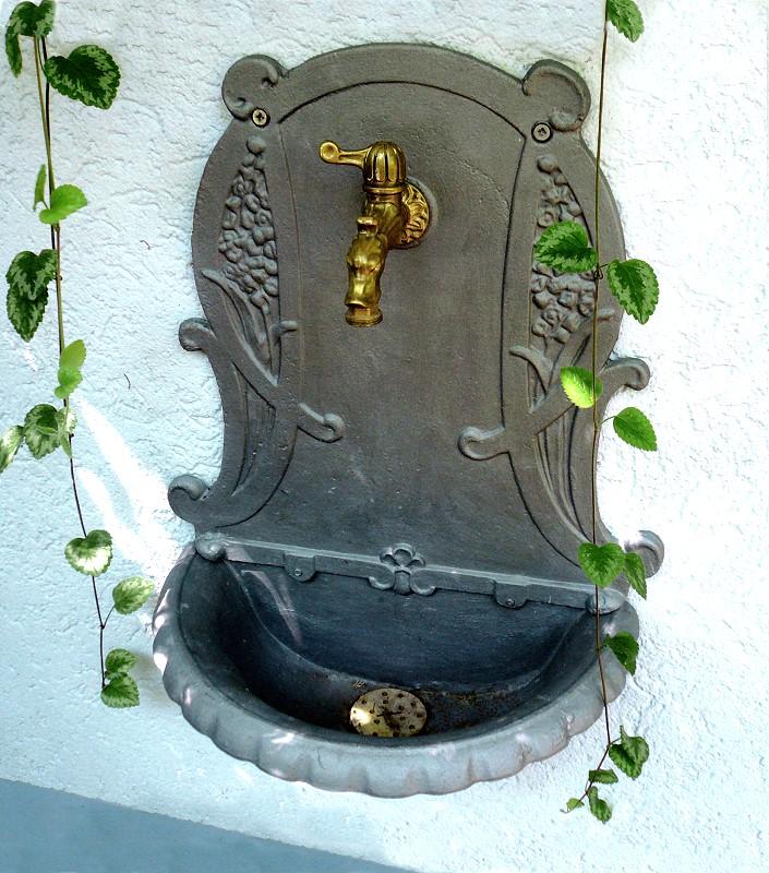 wandbrunnen jugendstilornament gusseisen« von replicata, Garten und Bauen
