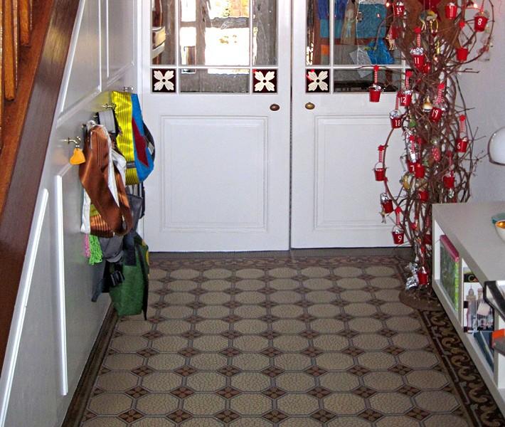 steinzeugfliesen mit historischen dekoren und geriffelter. Black Bedroom Furniture Sets. Home Design Ideas